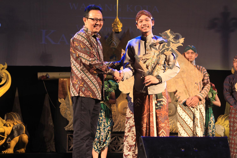 Wakil Walikota Yogya Drs Heroe Purwadi MA menyerahkan Wayang Gatotkaca kepada Dalang Milenial, Bhumi Gedhe Taruna